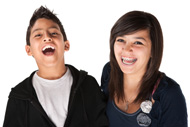 Adolescents portant des broches orthodontiques